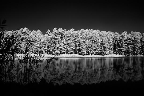 Lac de Creno (infrared) || Nikon D70 | Nikon VR 18-200mm@18mm | 1/5 sec | F/4.5 | ISO 200 | Suntek R72 infrared filter