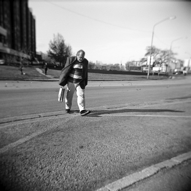 Hurry up, the bus is coming! || Holga | Foma Fomapan 100
