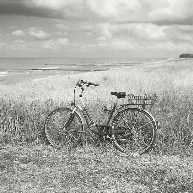 Bicycle and the Baltic Sea || Yashica Mat-124G | Yashinon 80mm F/3.5 | Kodak Portra 160VC (converted to B&W)